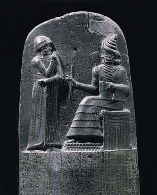 המלך חמורבי מקבל את סמלי השלטון משַׁמַשׁ, אל השמש והמשפט (ניתן לראות את קרני-האור יוצרים מכתפיו של שמש). כיום מוצג במוזיאון הלובר בפריז.
